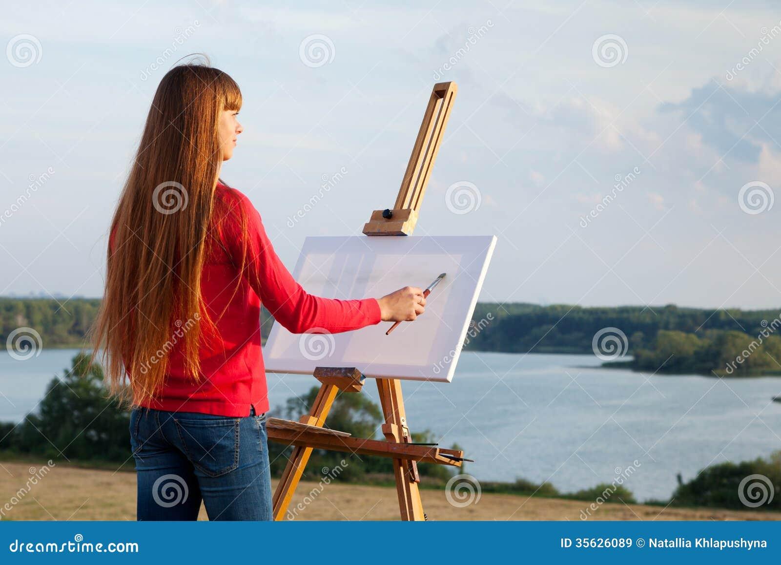 Artista que pinta un mar