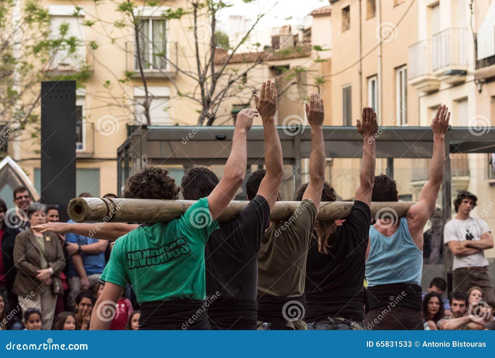Artistas de la calle que ponen encima de una demostración