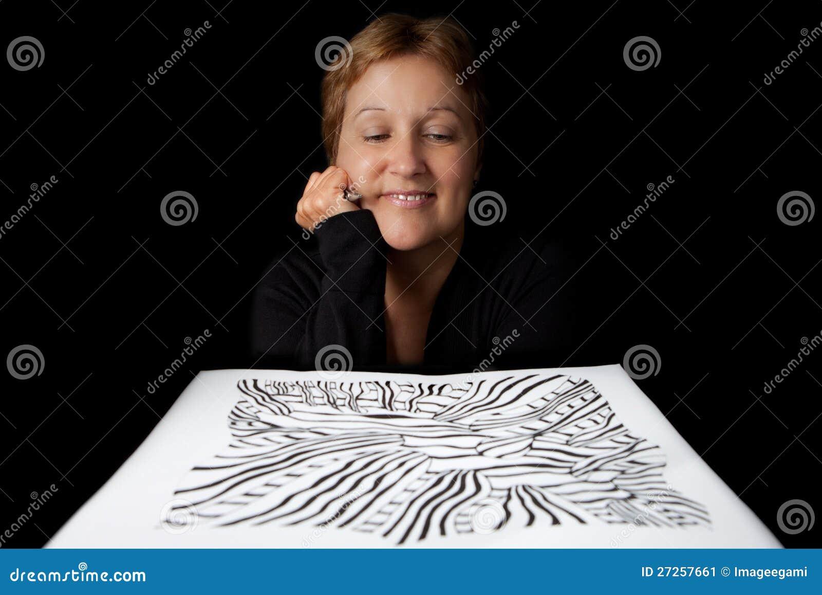 Artiste admirant son travail