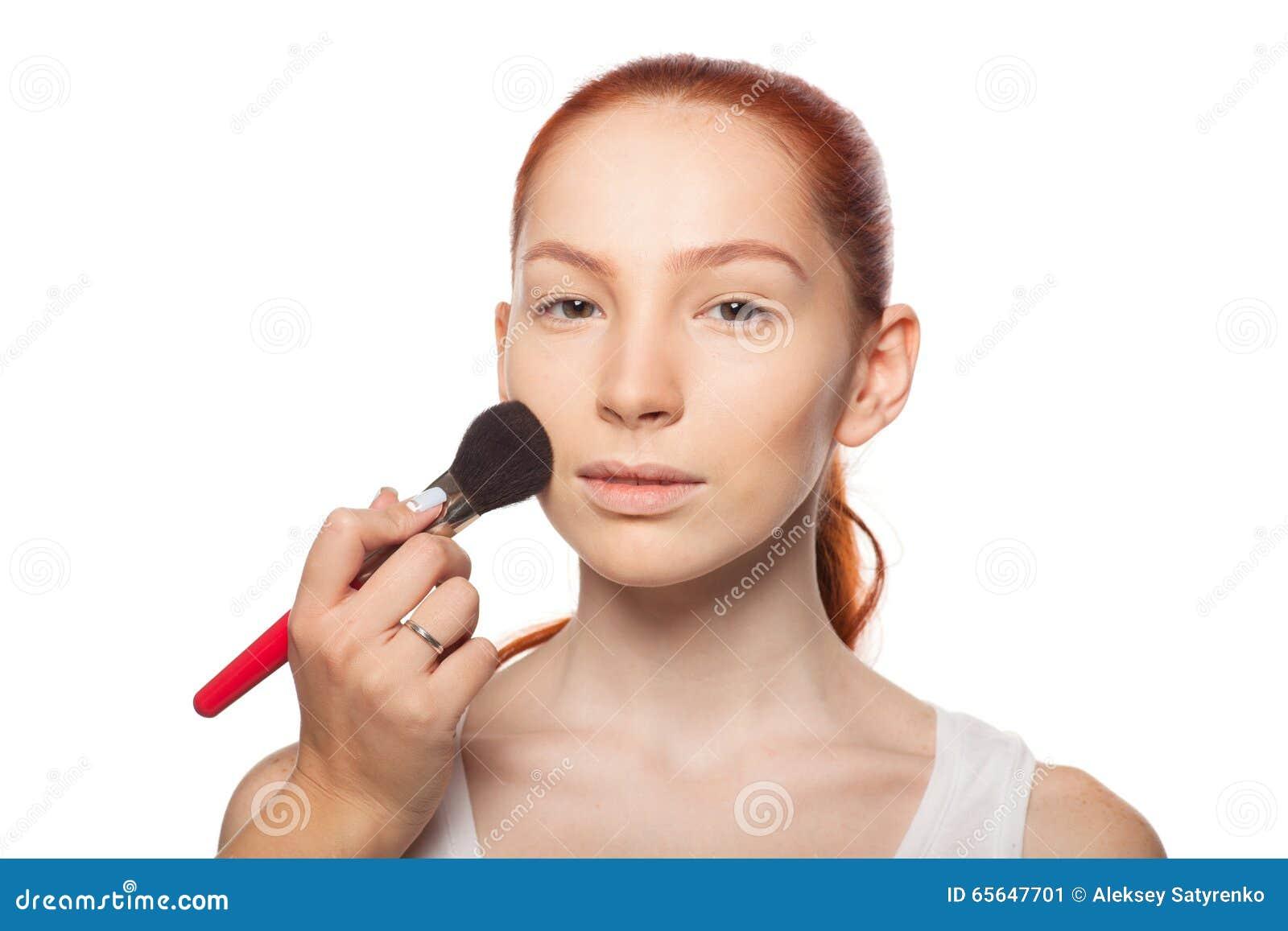 Artiste de maquillage professionnel faisant le charme avec le maquillage rouge de modèle de cheveux Fond d isolement