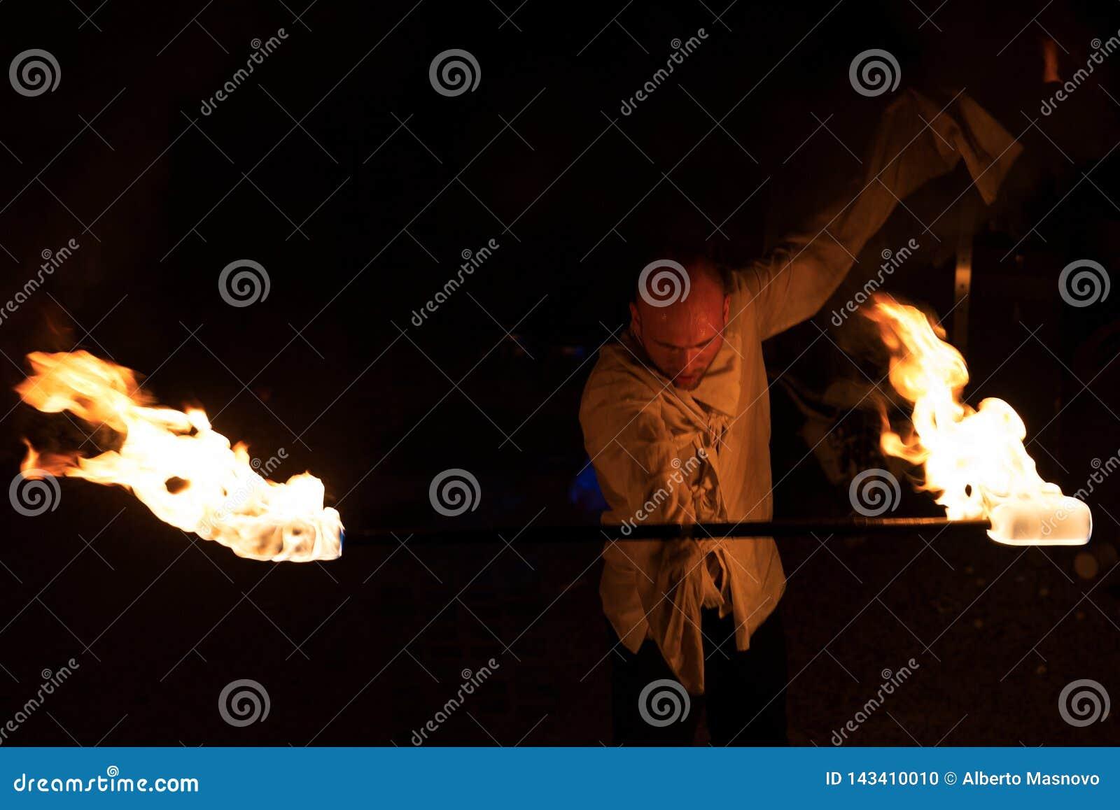 Artiste de rue - représentation de feu la nuit