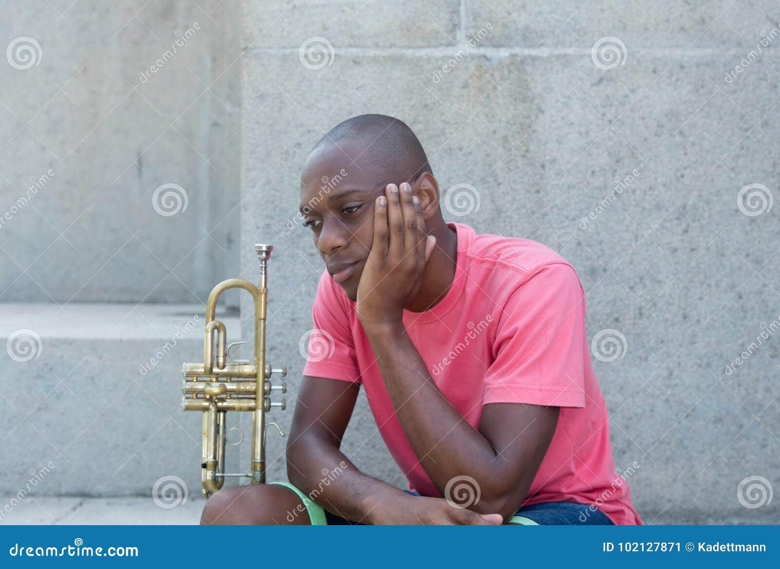 Artiste infructueux d afro-américain avec la trompette