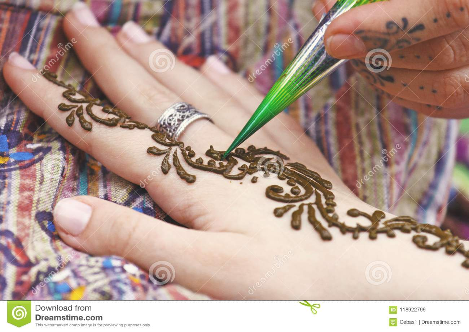 Artiste Peignant Le Tatouage Indien Traditionnel De Henne Sur La