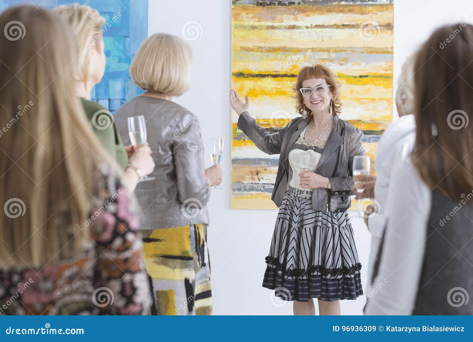 Artiste présent sa peinture