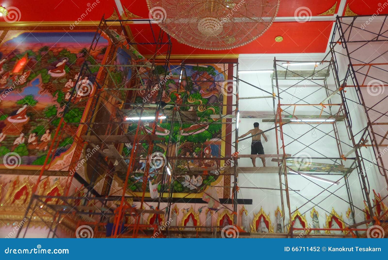 Artiste travaillant au mur vide de temple bouddhiste