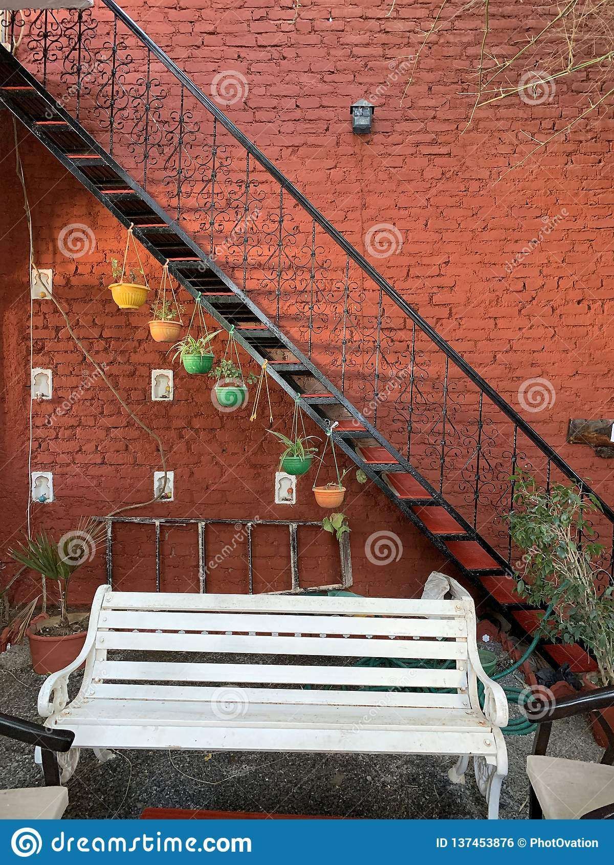 Artistically dekorerad vägg och borggård