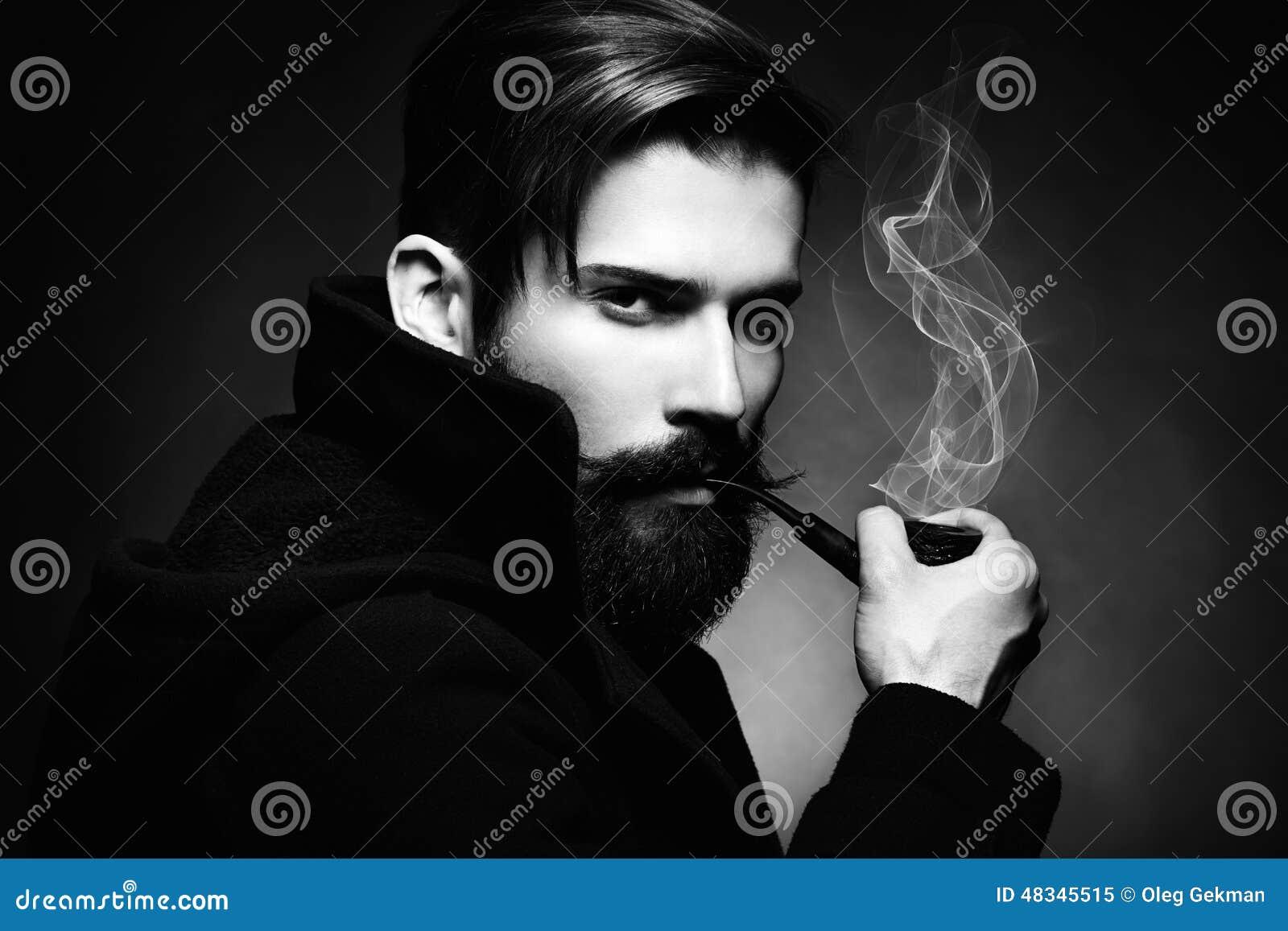 Artistiek donker portret van de jonge mooie man De jonge man