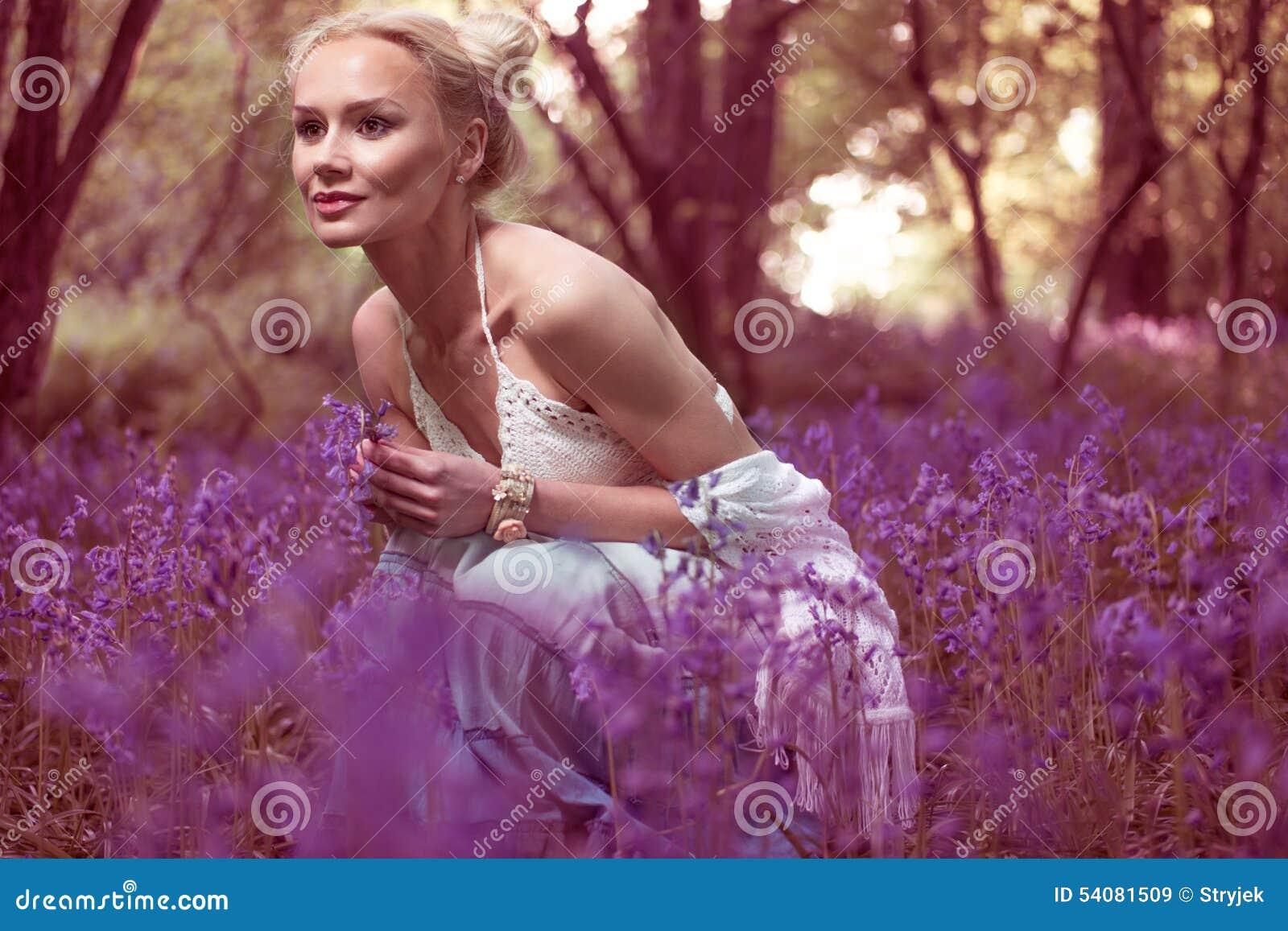 Artistiek portret van een meisje in een klokjebos