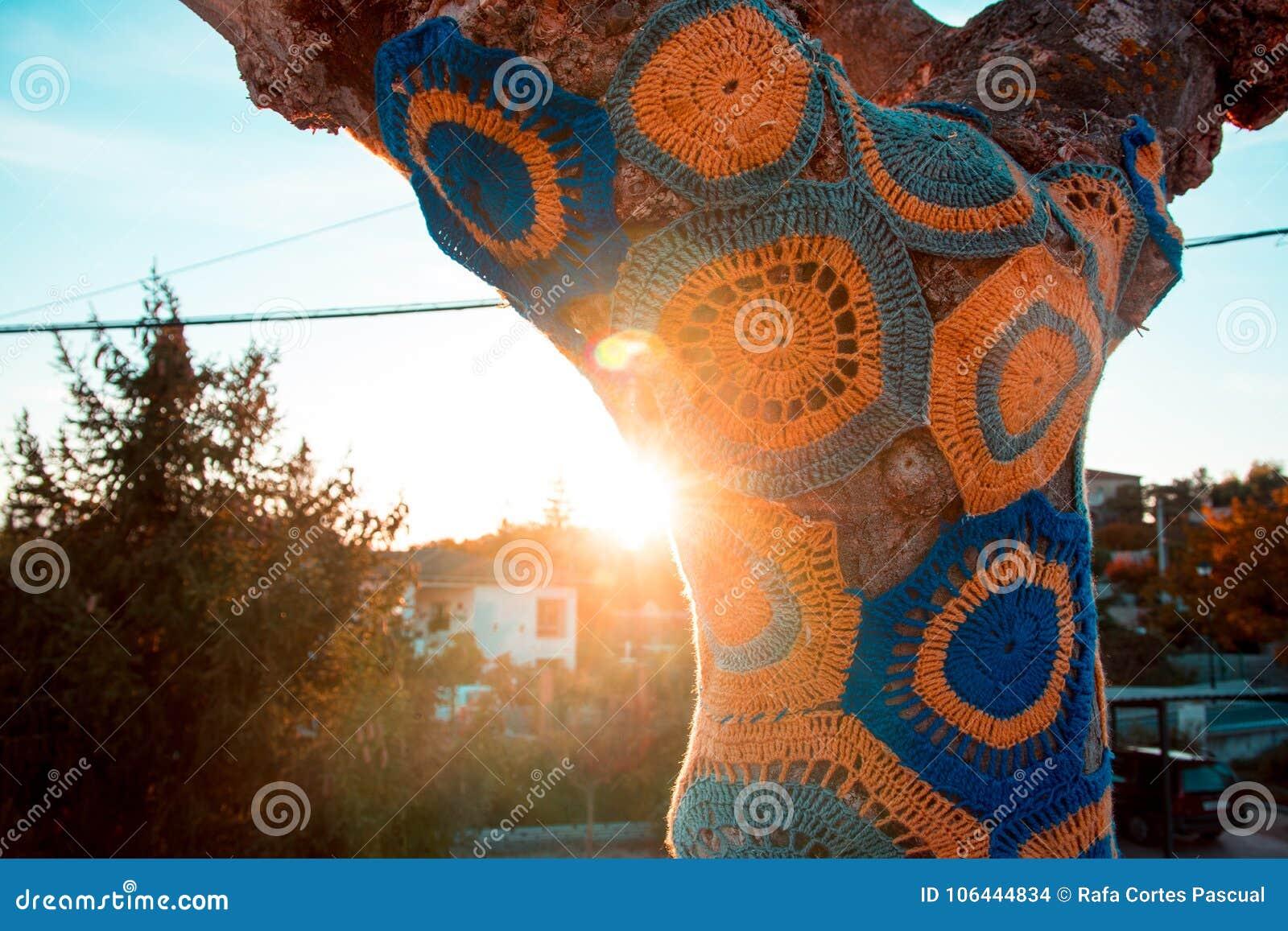 Artistiek verfraaide boom met gekleurde wol, boom met onweer