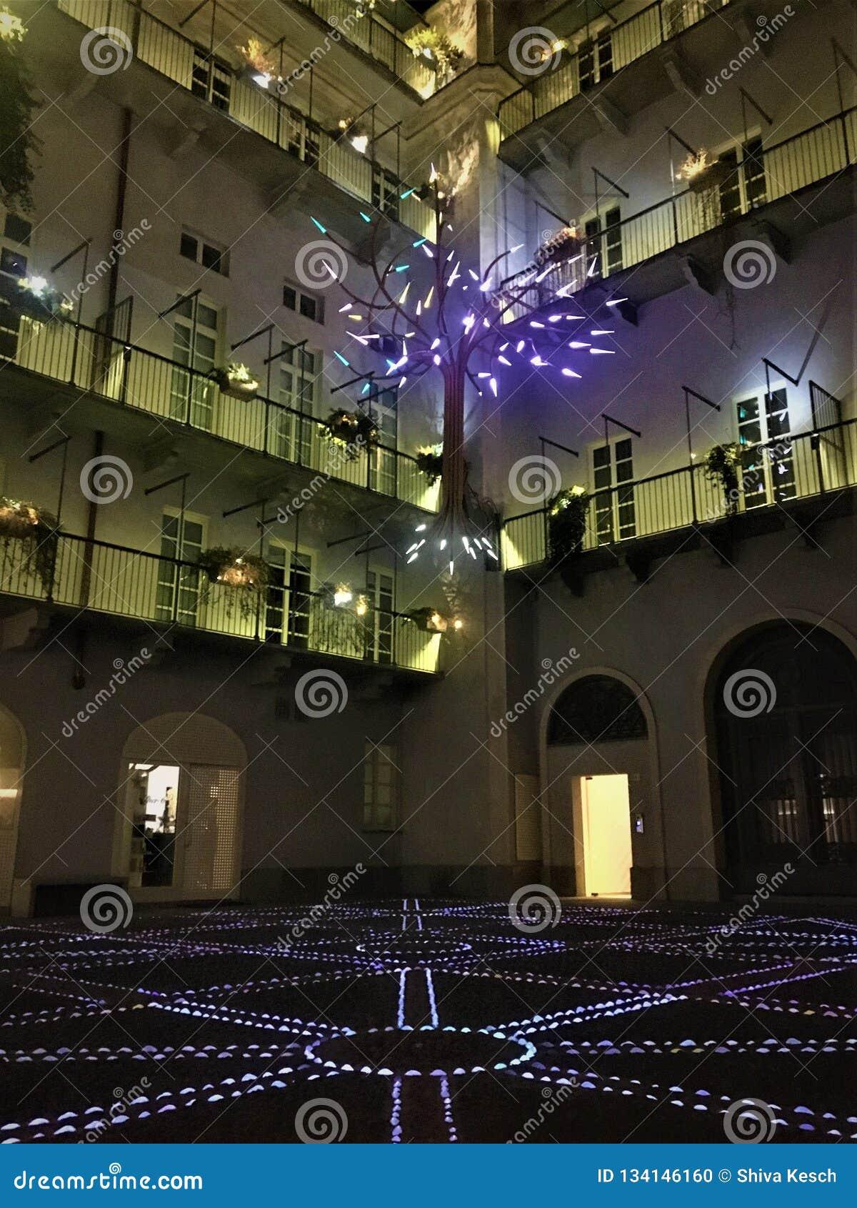Artistieke verlichting en binnenplaats in Turijn, Piemonte