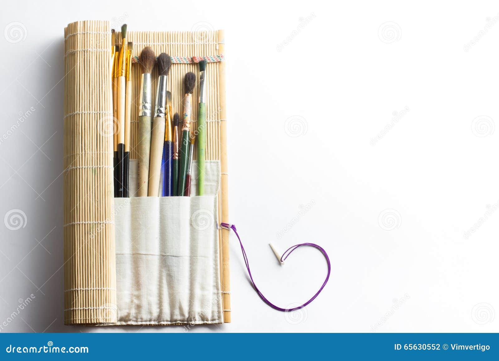 Artistique, artiste, art Mastehin utilisé de pinceaux d artiste sur le fond blanc