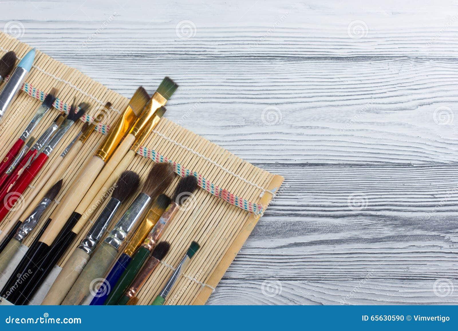 Artistique, artiste, art Mastehin utilisé de pinceaux d artiste sur le fond en bois