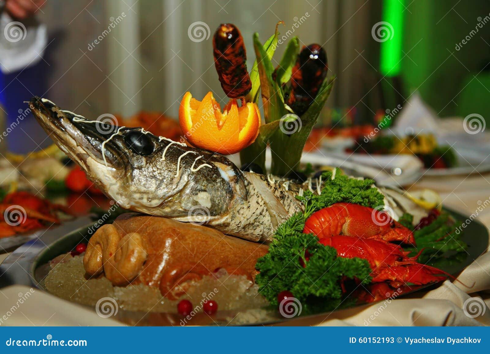 Artistiquement décorée du sterlet de poissons de Gefilte cuit au four entièrement est une délicatesse du chef - un plat de venais