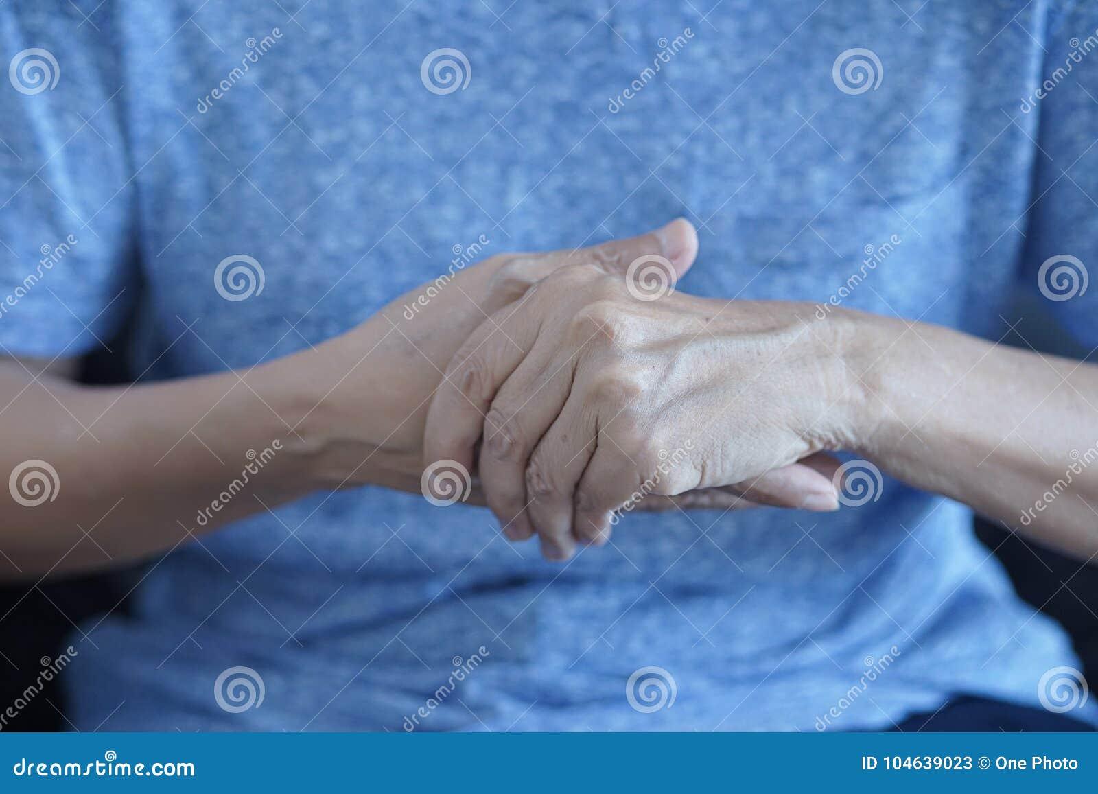 Download Artritis Oud Persoon En Bejaardewijfje Die Aan Pai Lijden Stock Afbeelding - Afbeelding bestaande uit handen, arts: 104639023