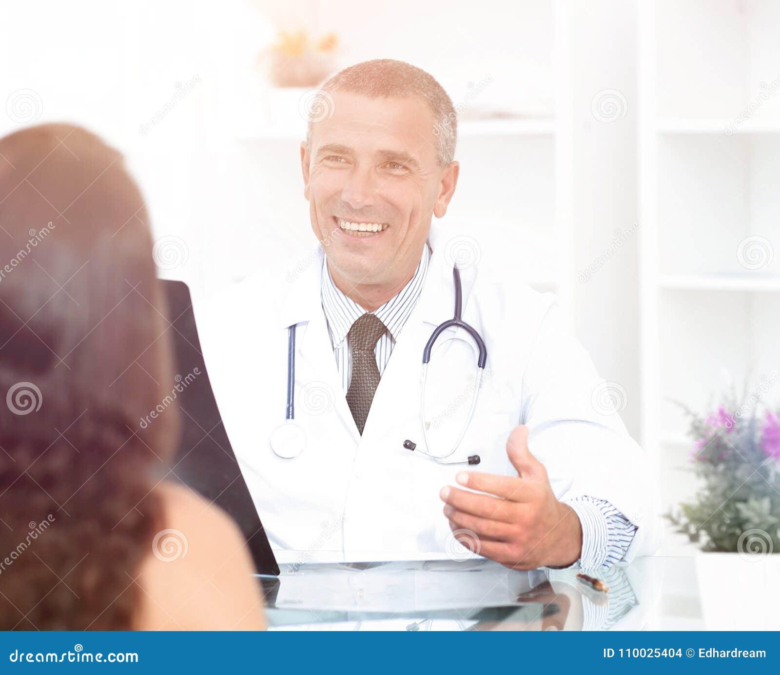 Arts die aan geduldige zitting bij de lijst spreken