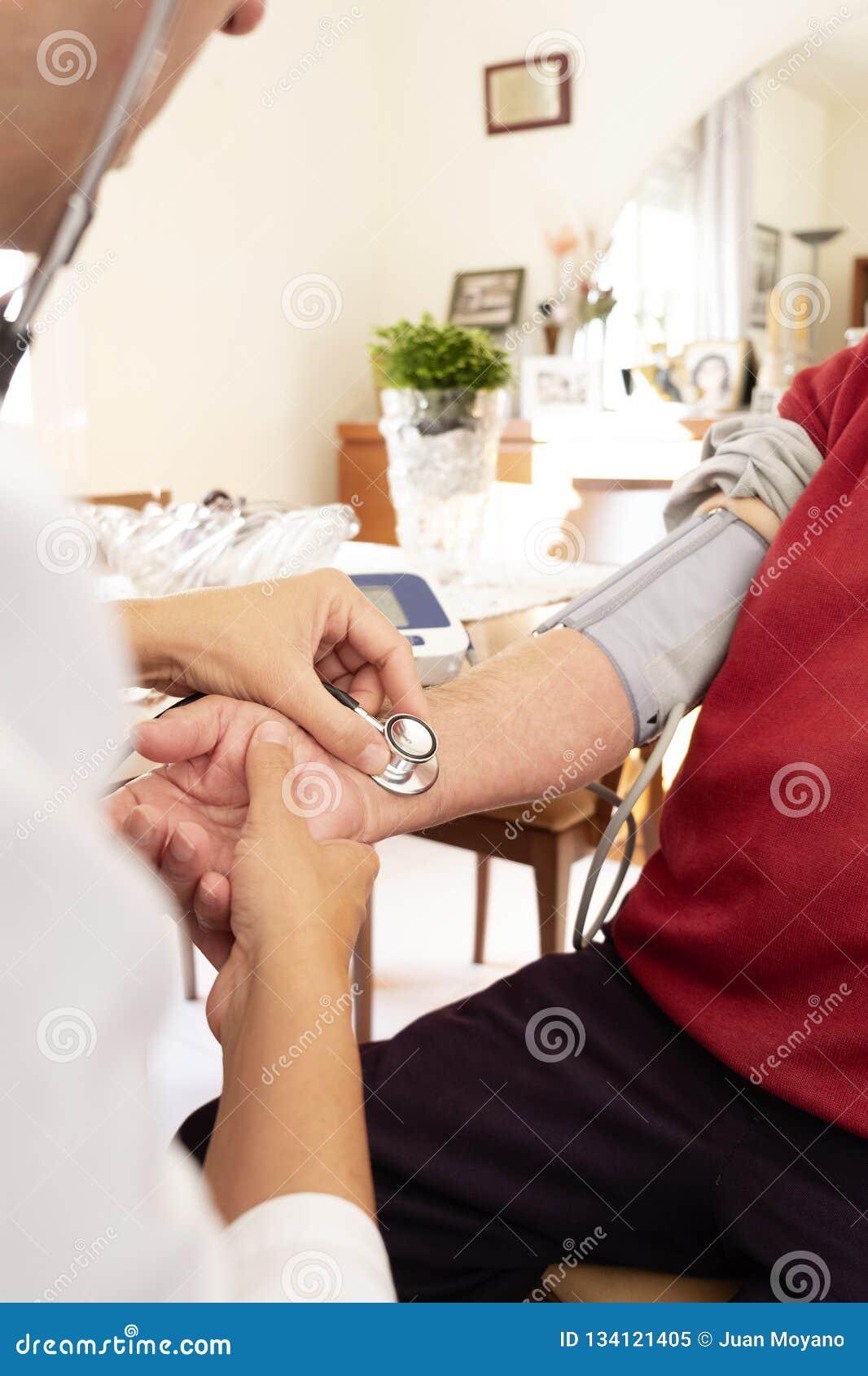 Arts die de bloeddruk van een oudste meten