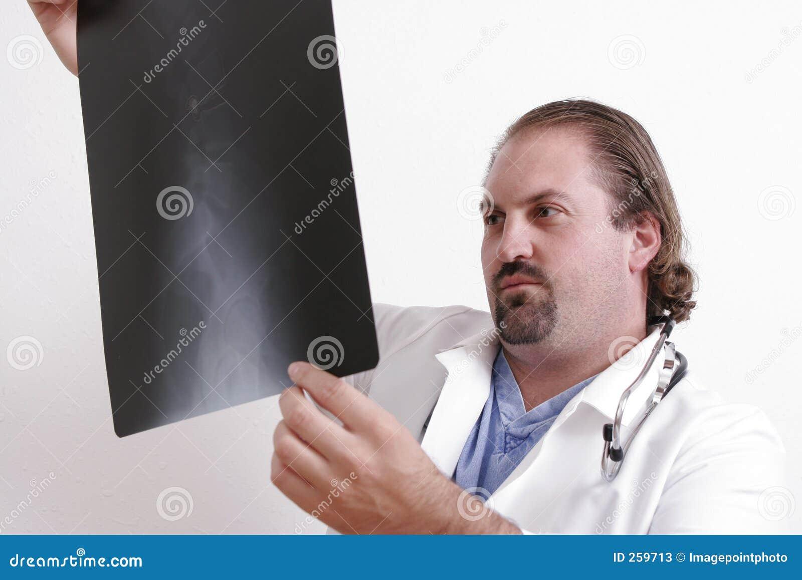 Arts die een film bekijkt
