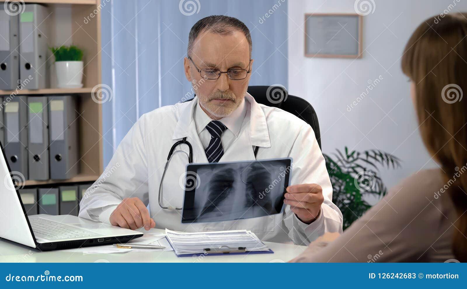 Arts die longenröntgenstraal, patiënt waarnemen die op diagnose, tuberculoserisico wachten