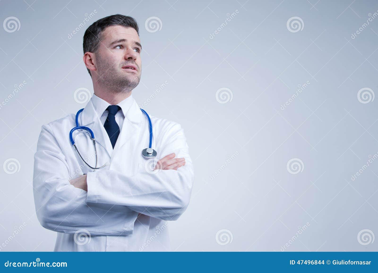 Arts die omhoog denkend of ongerust gemaakt kijken