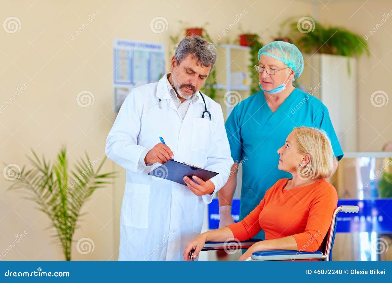 Arts en chirurg raadplegende patiënt over medicijn