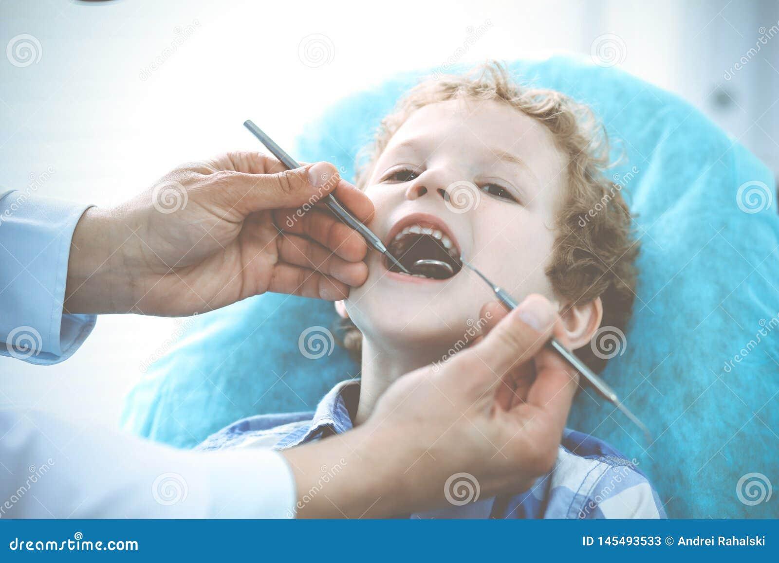 Arts en geduldig kind Jongen die zijn die tanden hebben met tandarts Medicine, gezondheidszorg en de stomatologieconcept worden o