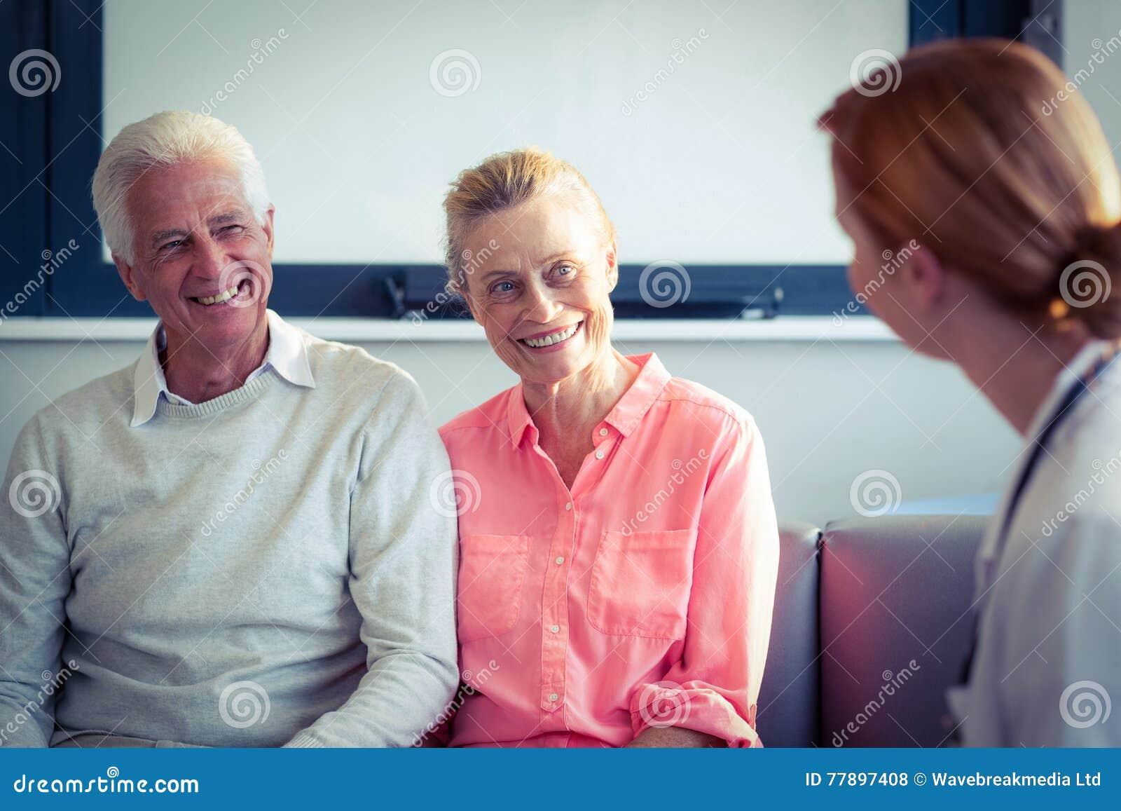 Arts en hoger paar die met elkaar interactie aangaan