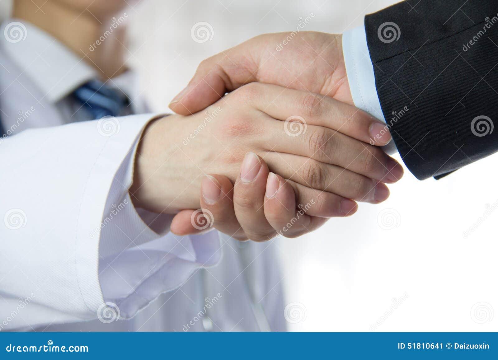 Arts en zakenman het schudden handen