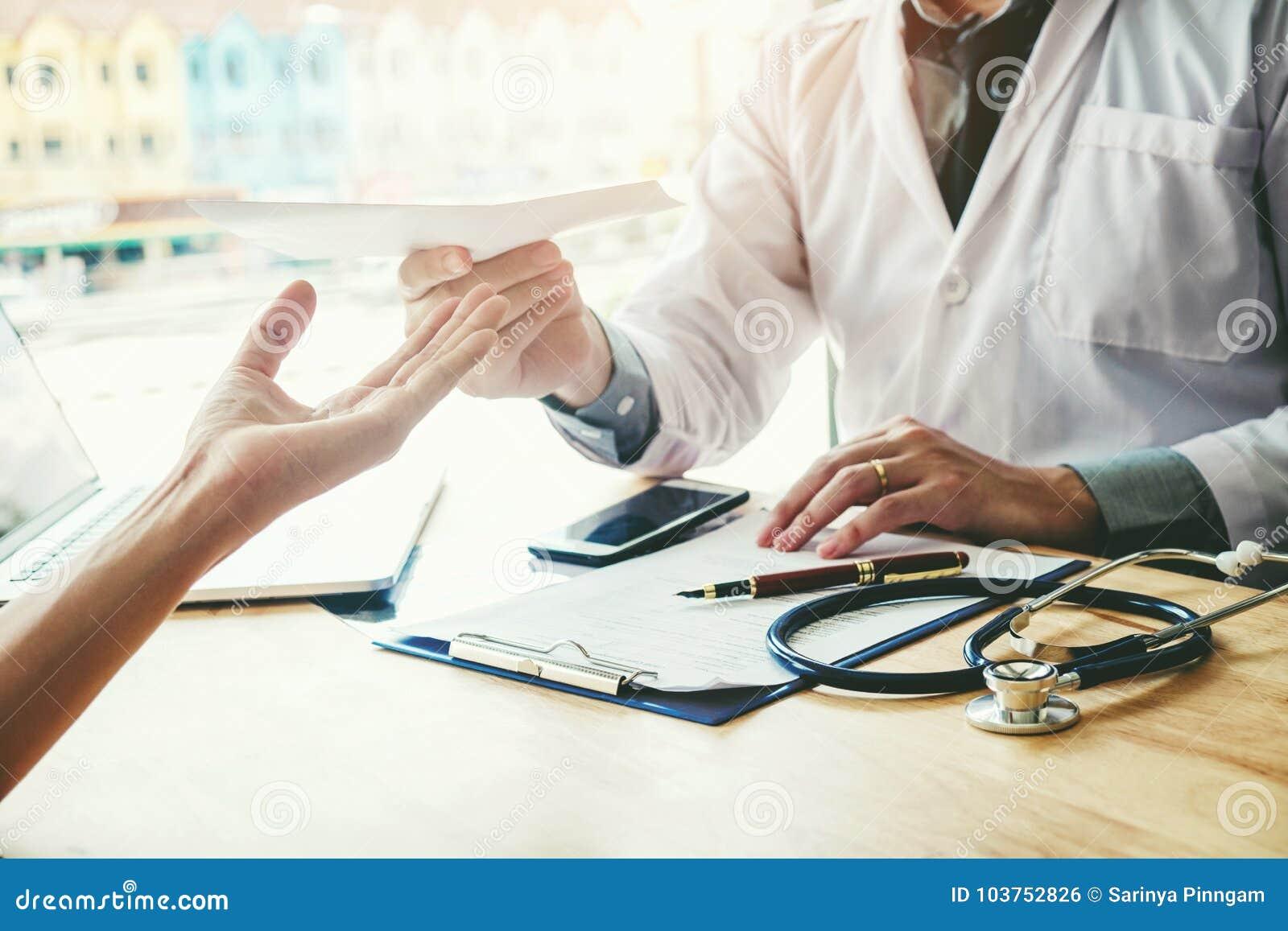 Arts of arts het schrijven diagnose en het geven van een medische presc