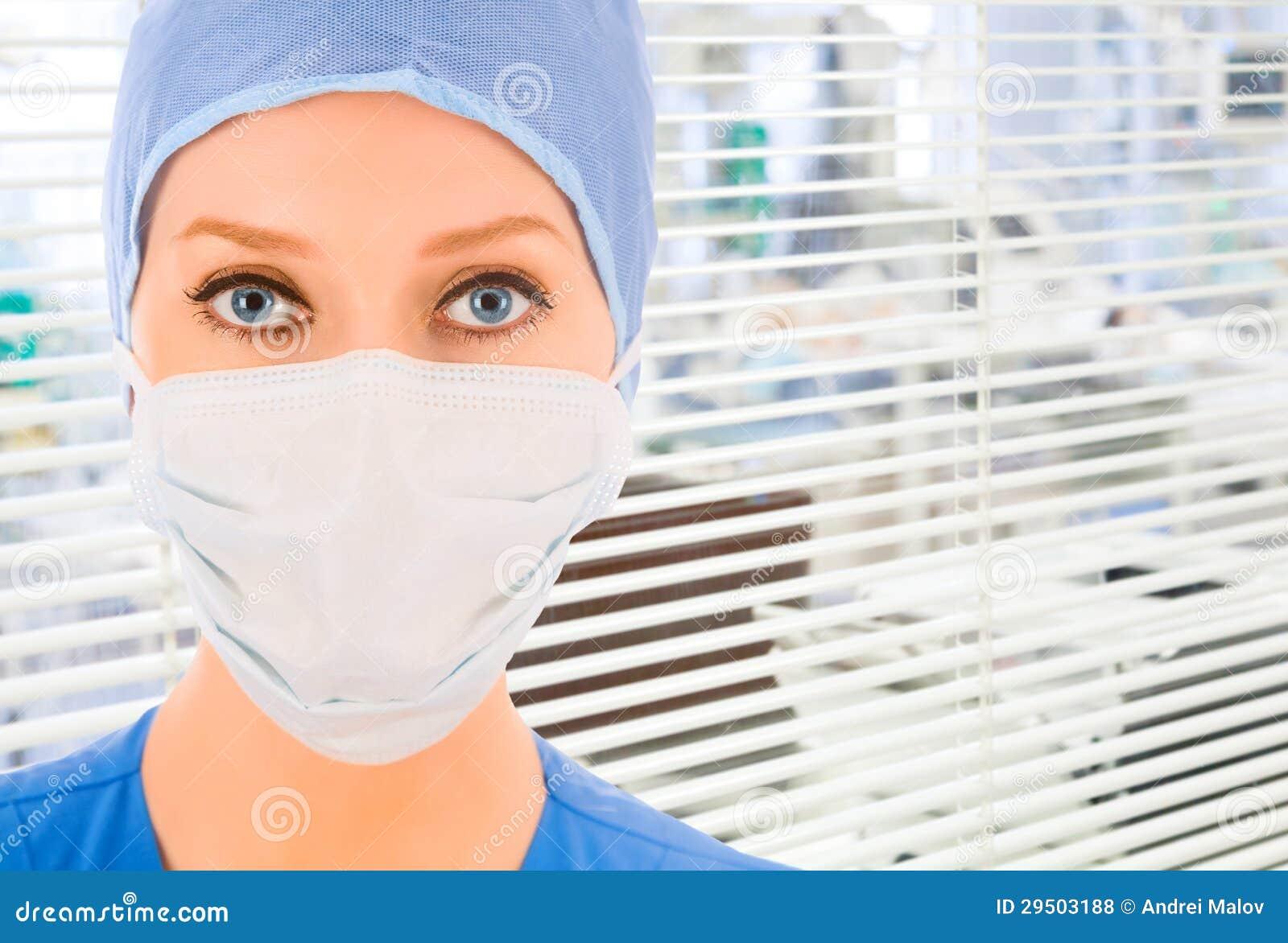 Arts met jaloezie op achtergrond
