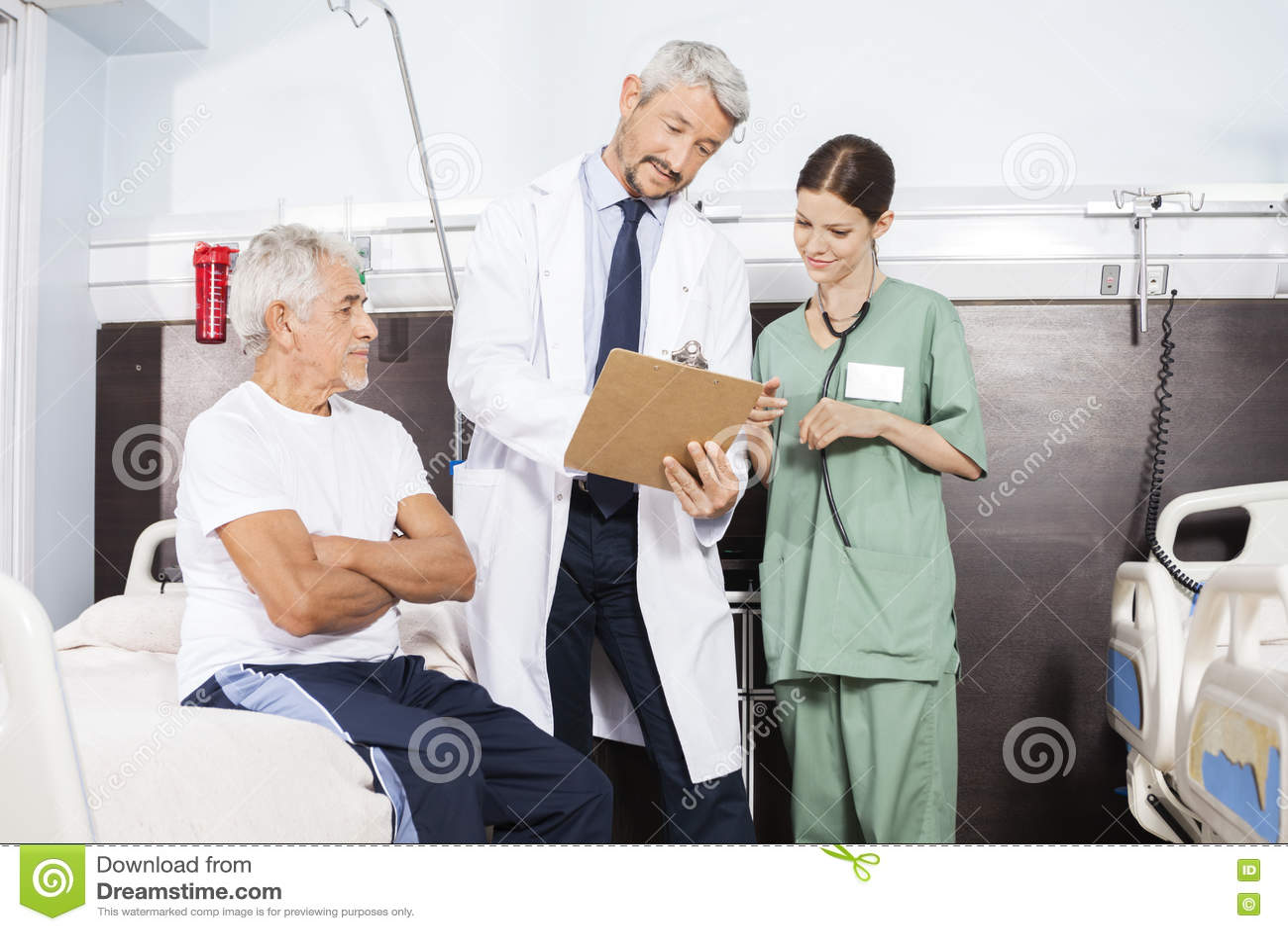 Arts And Nurse Communicating over Rapport door Hogere Patiënt