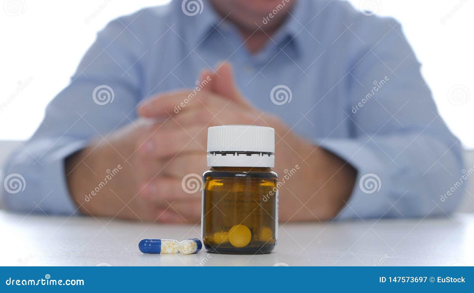 Arts Presenting Medication met Pillen en Drugs voor Depressiepreventie