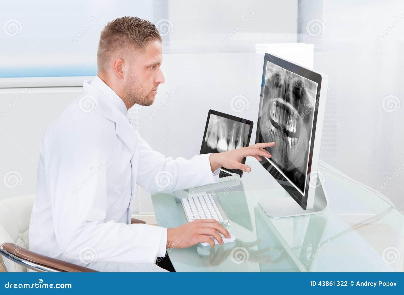 Arts of radioloog die een röntgenstraal online bekijken
