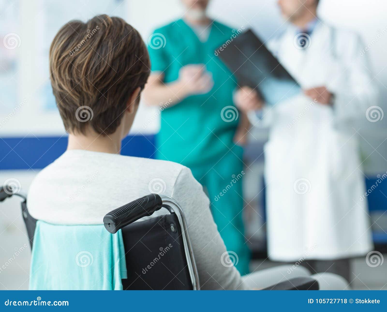 Artsen die een gehandicapte geduldige röntgenstraal van ` controleren s
