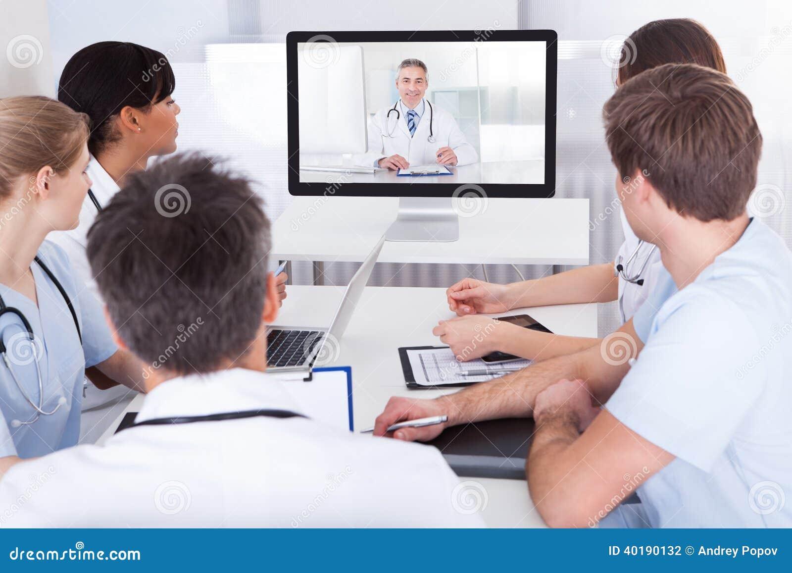 Artsen die op online presentatie letten