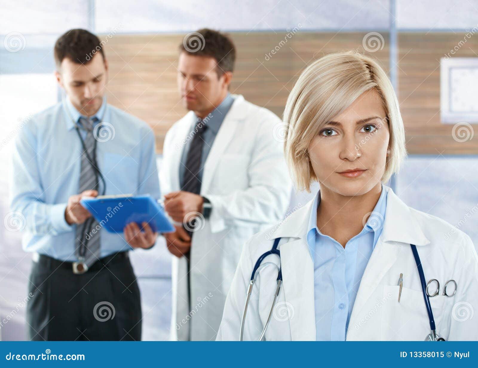 Artsen op het ziekenhuisgang