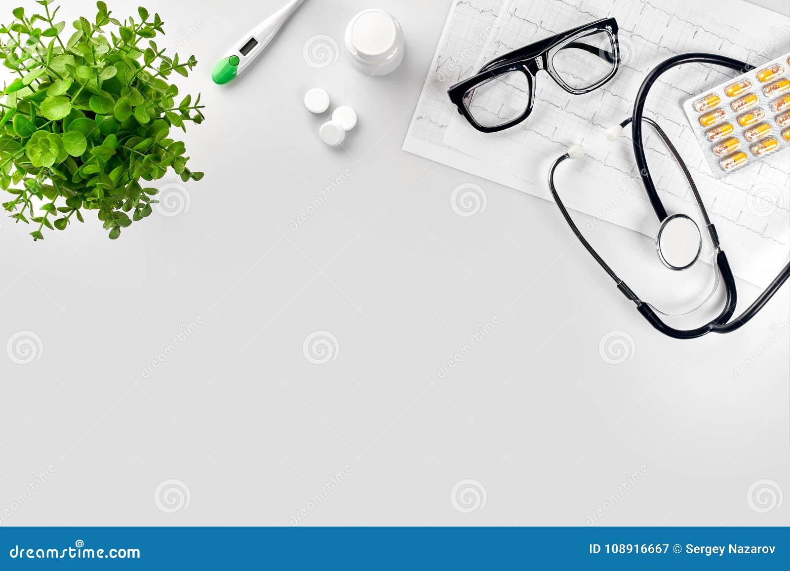 Artsen` s bureau met medische documenten, grafieken, oogglazen en stethoscoop Hoogste mening De ruimte van het exemplaar