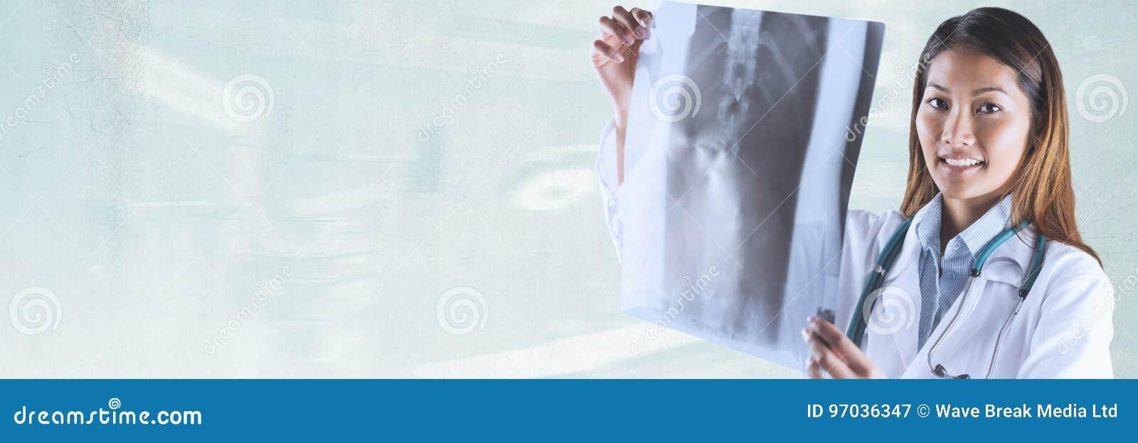 Artsenvrouw die een radiografie tegen groene achtergrond bekijken