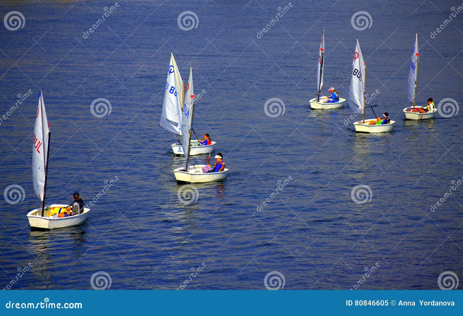 Żartuje żeglowanie łodzie