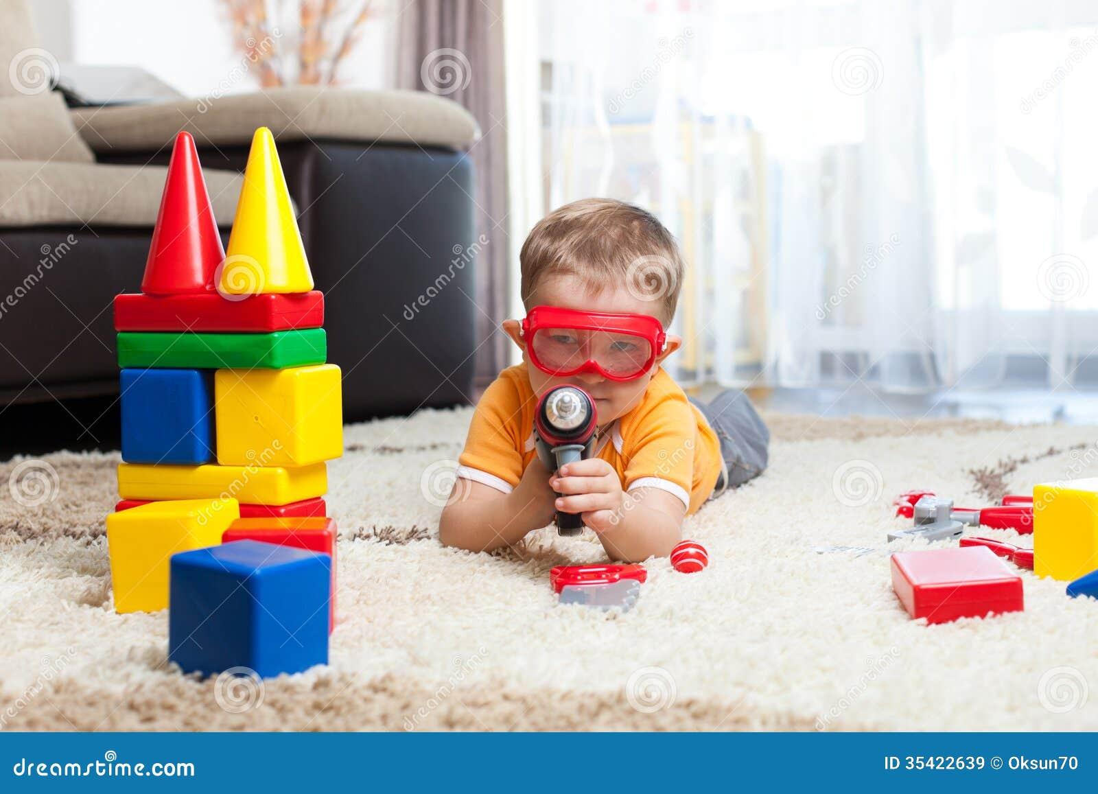 Żartuje chłopiec bawić się z elementami i ono wyobraża sobie bohater