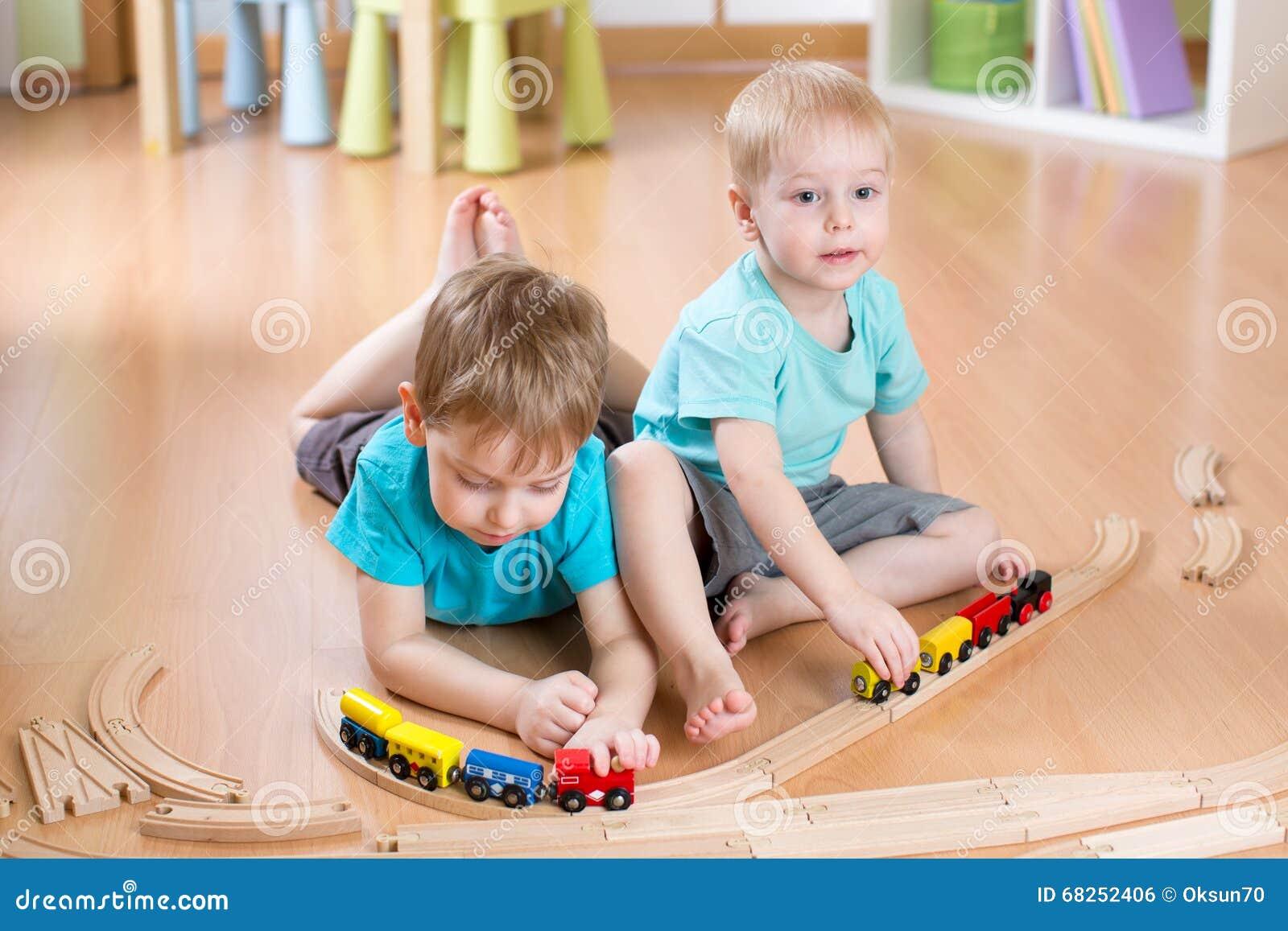 Żartuje chłopiec bawić się z linią kolejową, pociągi, uczyć się i daycare salowi,