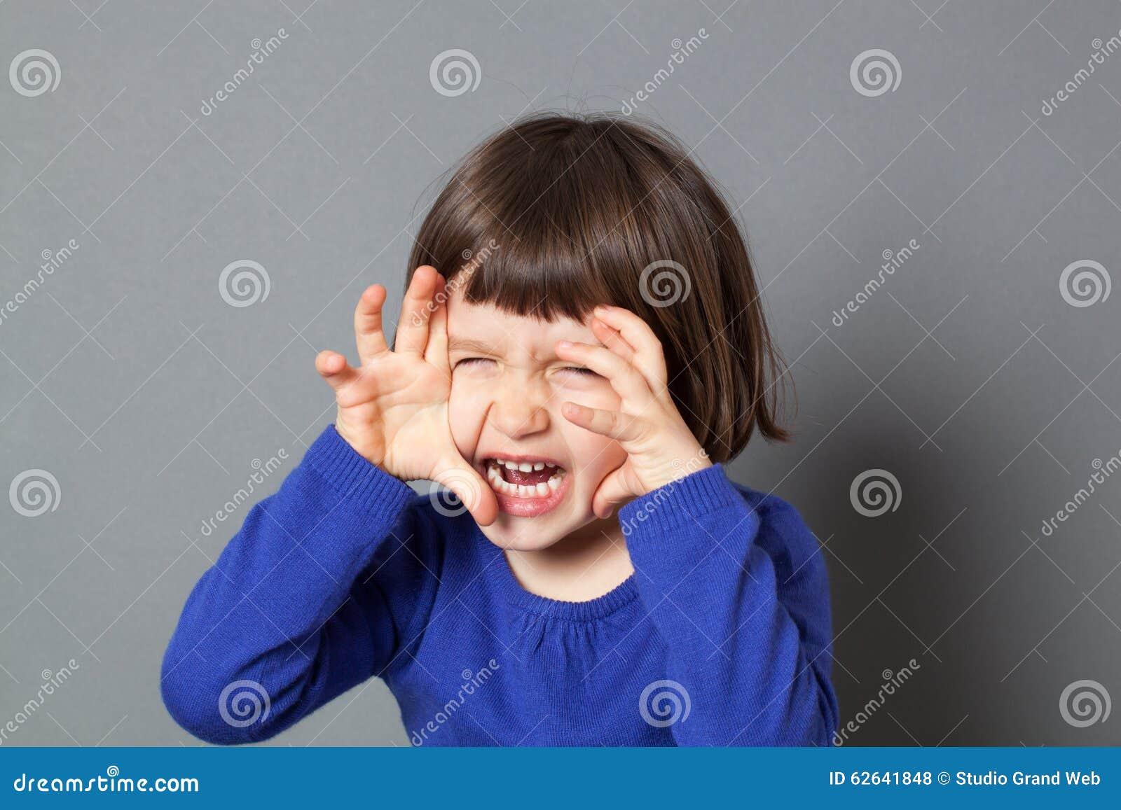 Żartuje zabawa potwora pojęcie dla energicznego preschool dziecka
