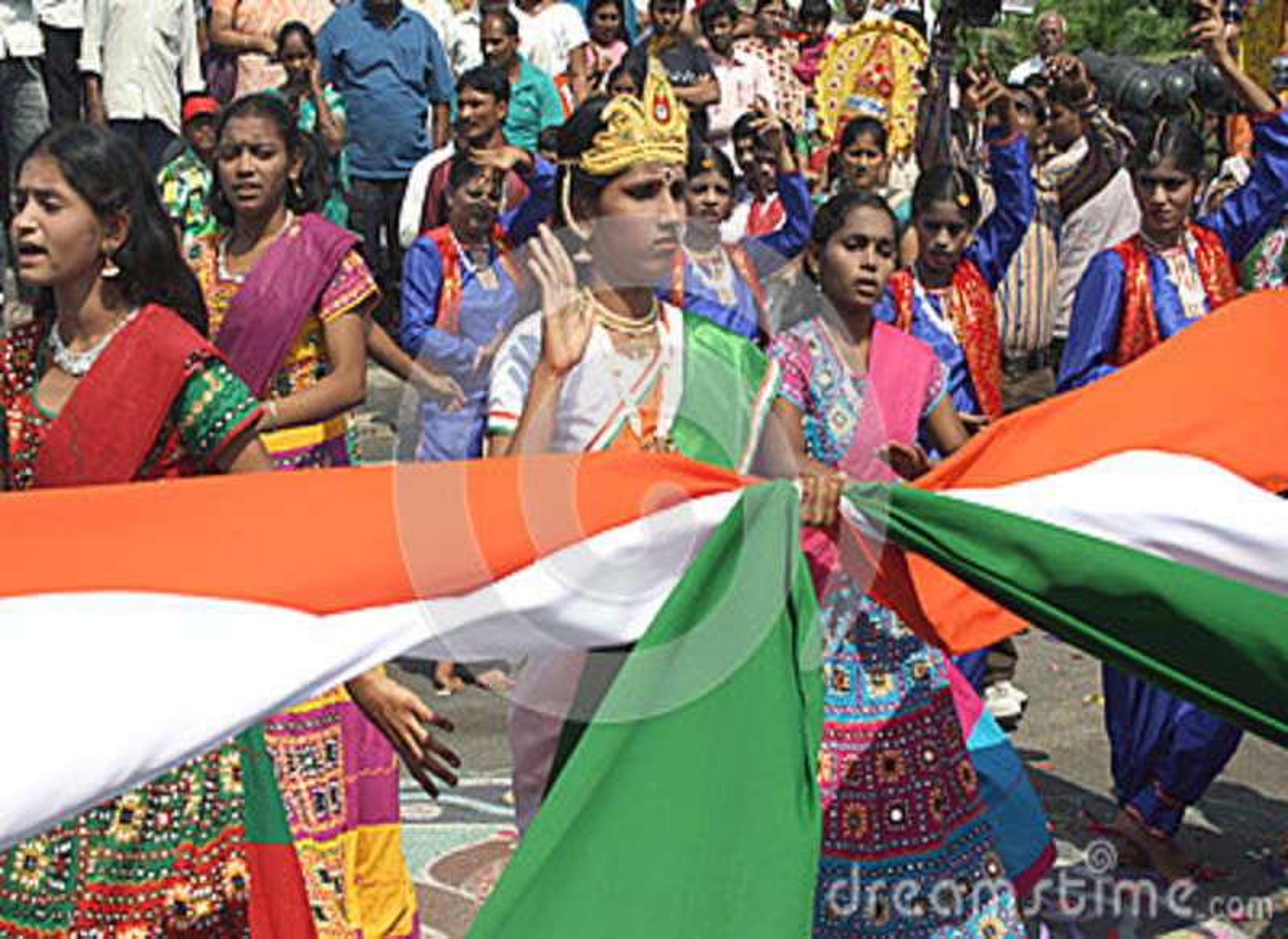 Artyści wykonują wykonują Tradycyjnego tana z indyjską flaga państowowa