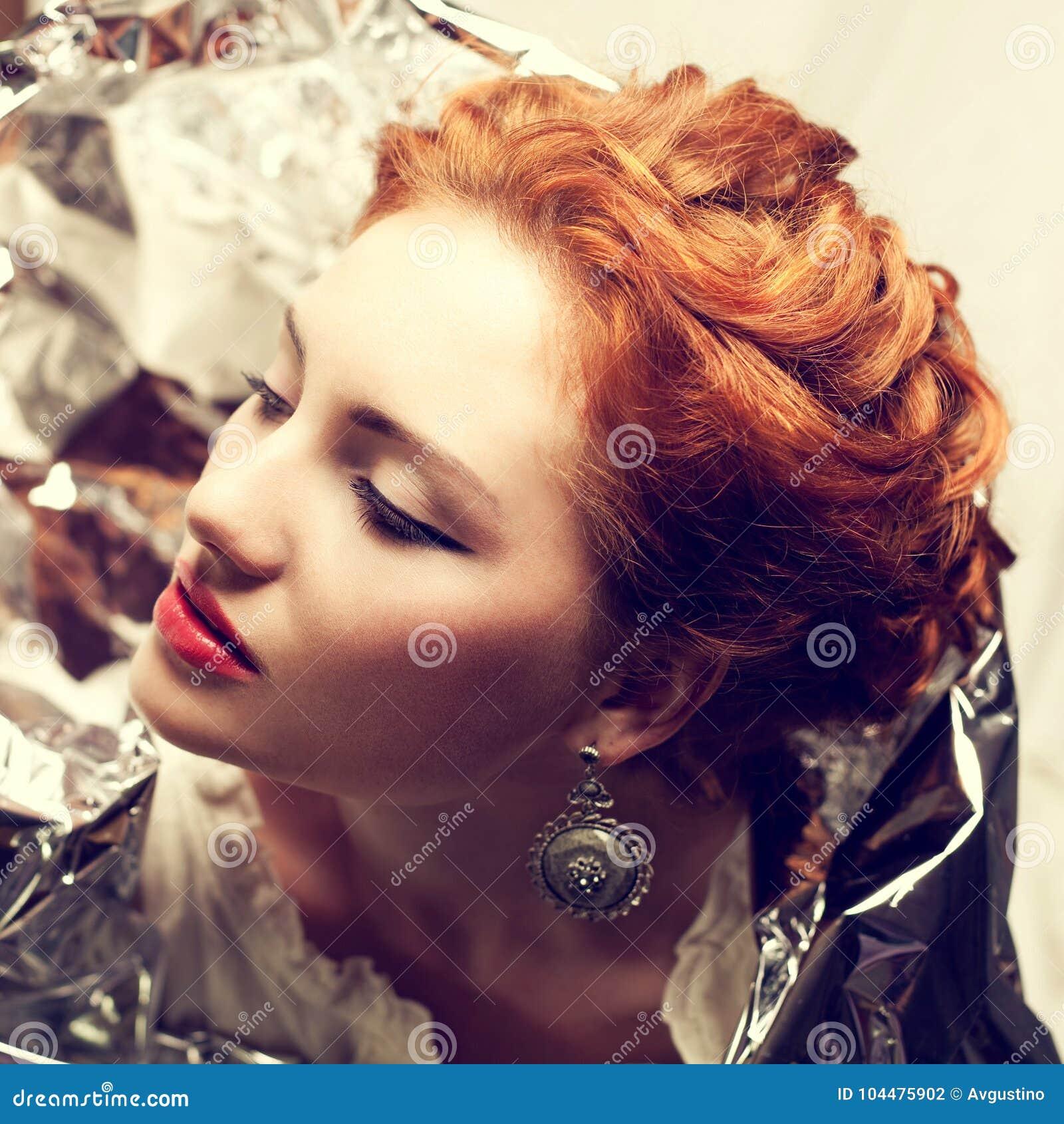 Arty portret van modieuze koningin-als roodharige koningin