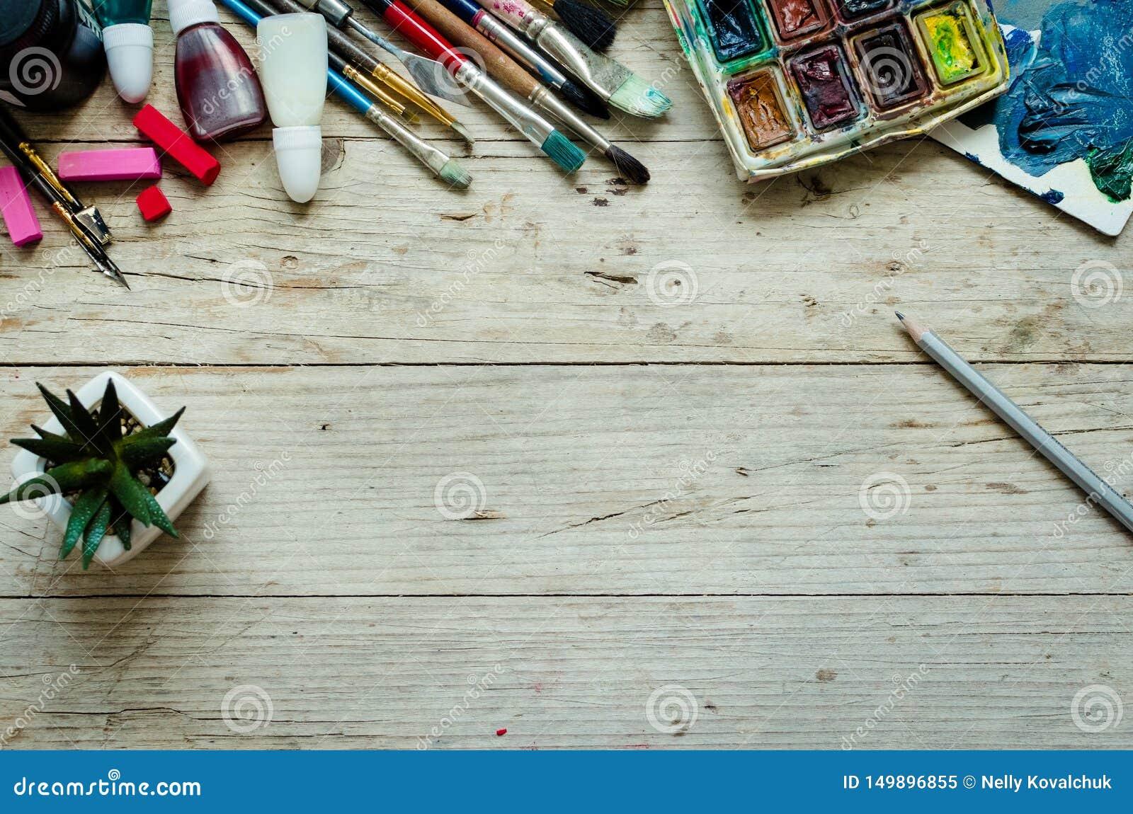 Artysta farby mu?ni?cia na drewnianym tle