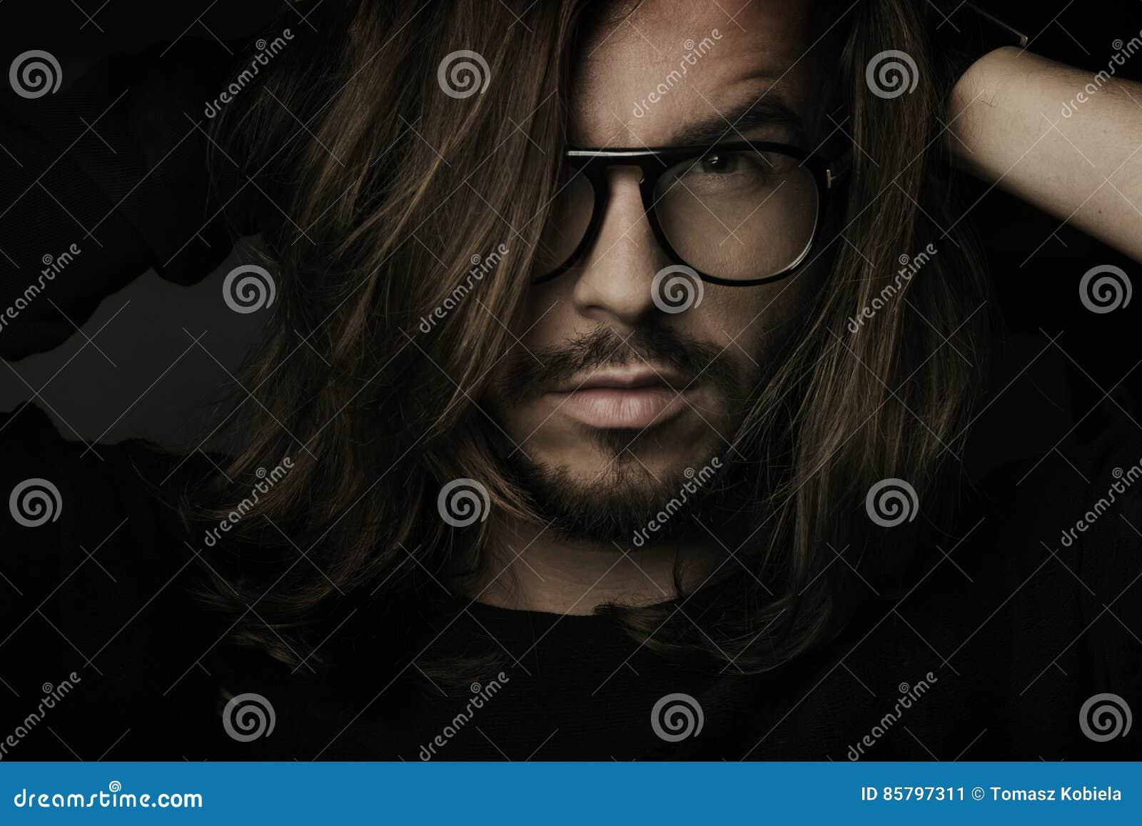 Artystyczni piękni ciemni mężczyzna portreta potomstwa