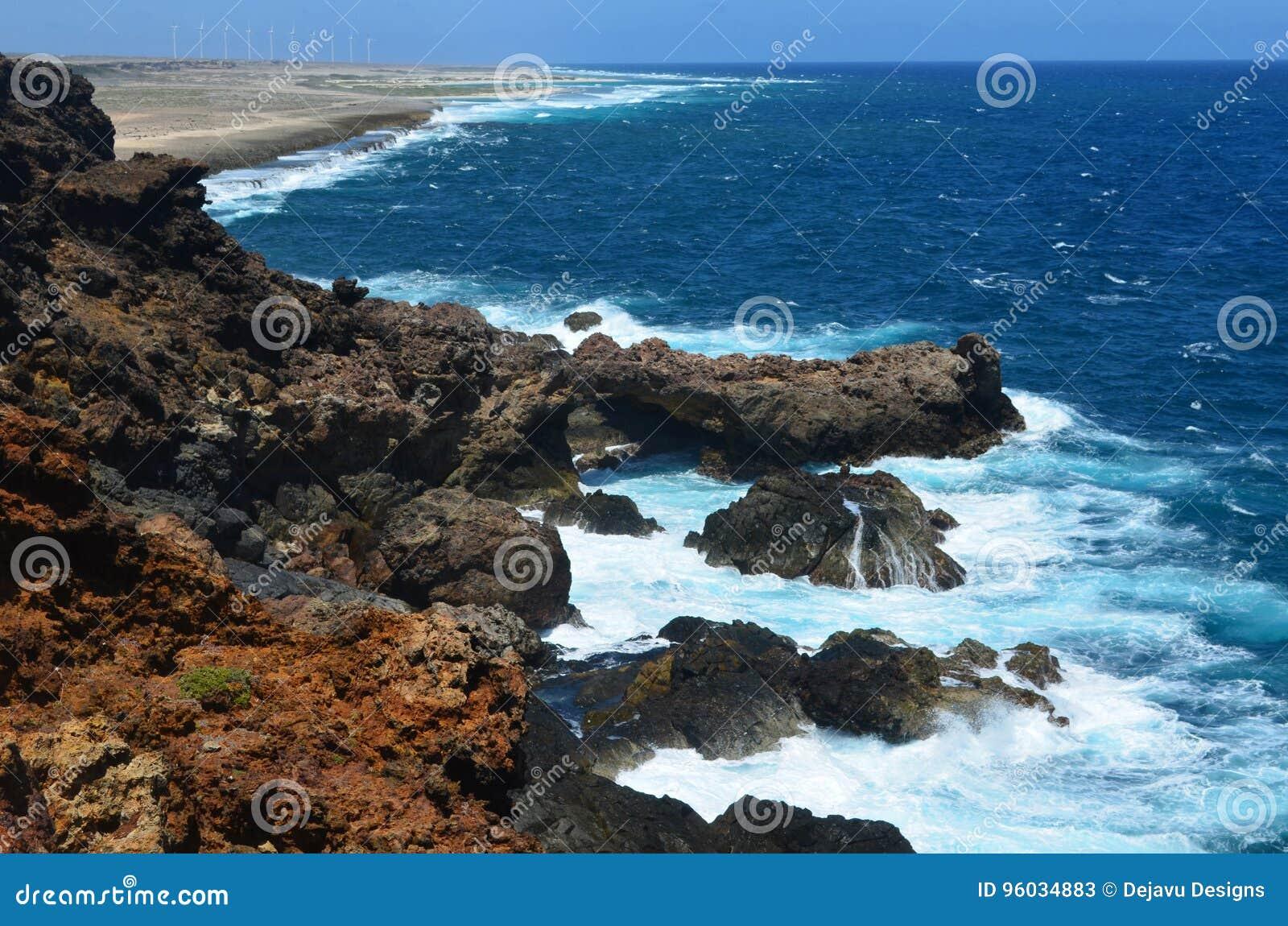 Aruba& x27; s linia brzegowa z law fala i skały Rozbijać