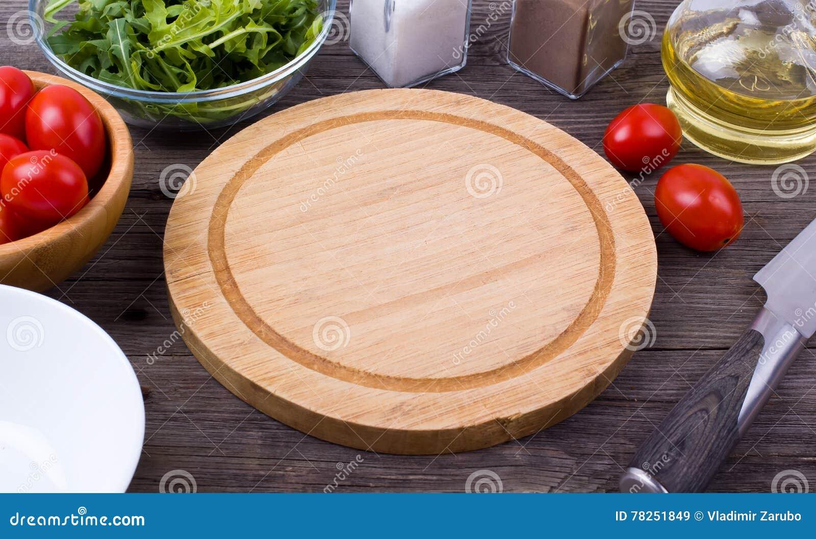 Arugula, πράσινα, ντομάτες και καρυκεύματα