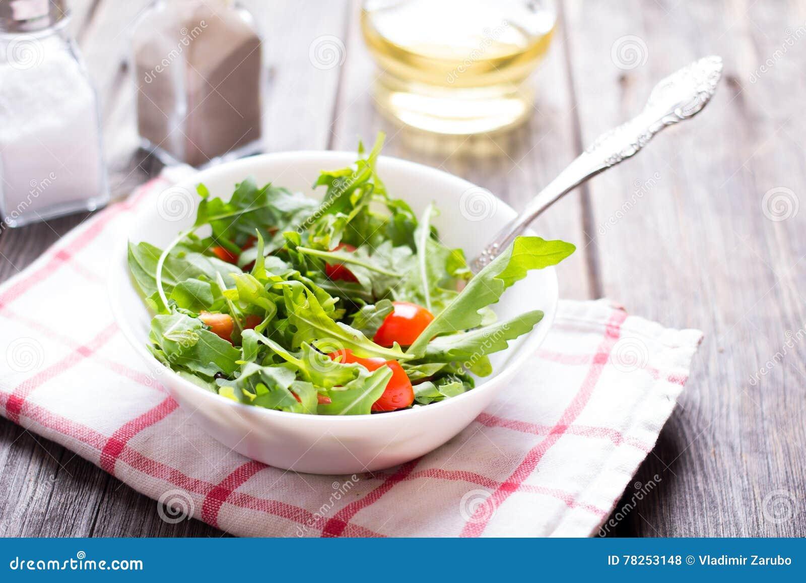 Arugula σαλάτας και ντομάτα κερασιών
