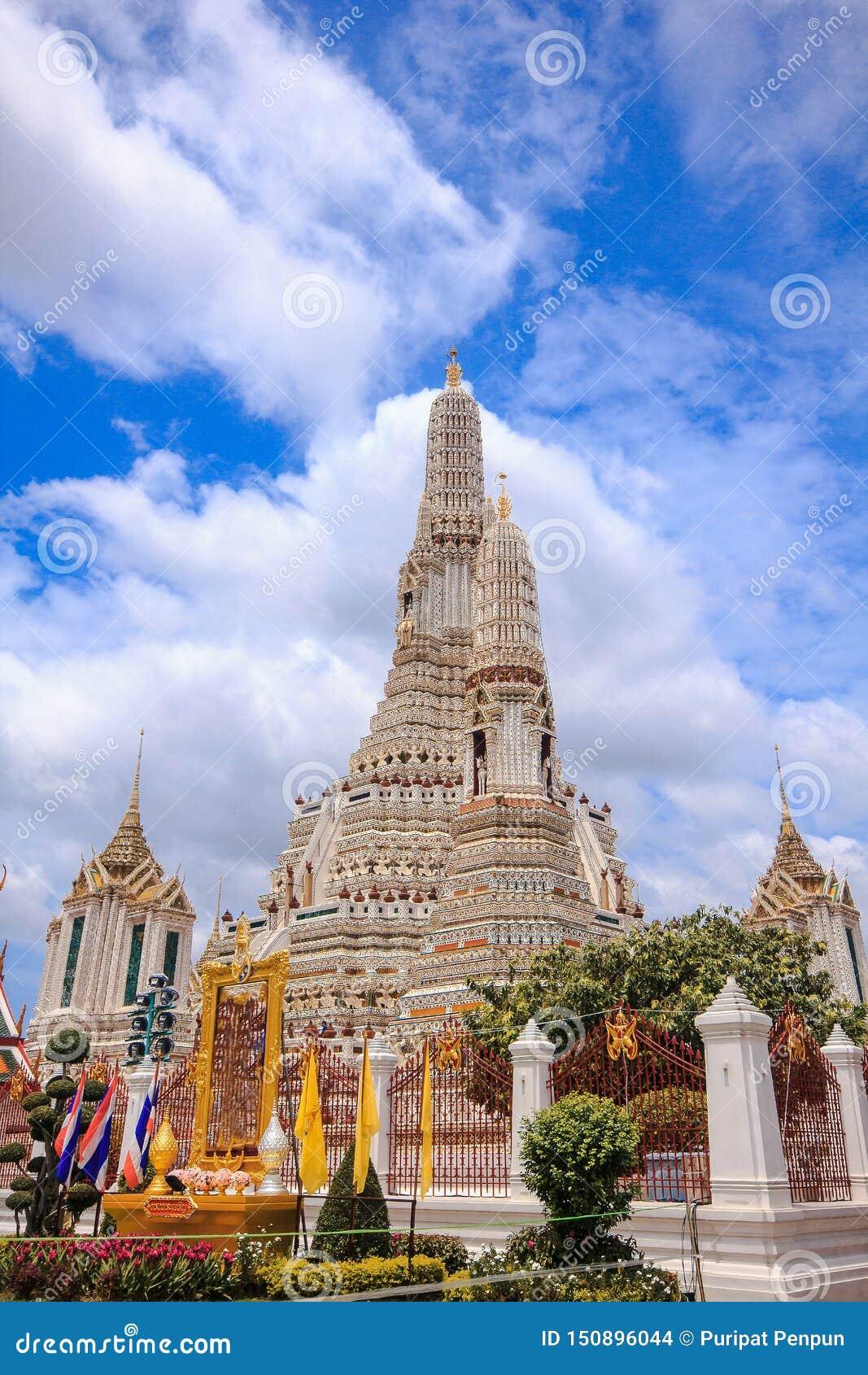 Arunratchawararam寺庙是重要和古老的