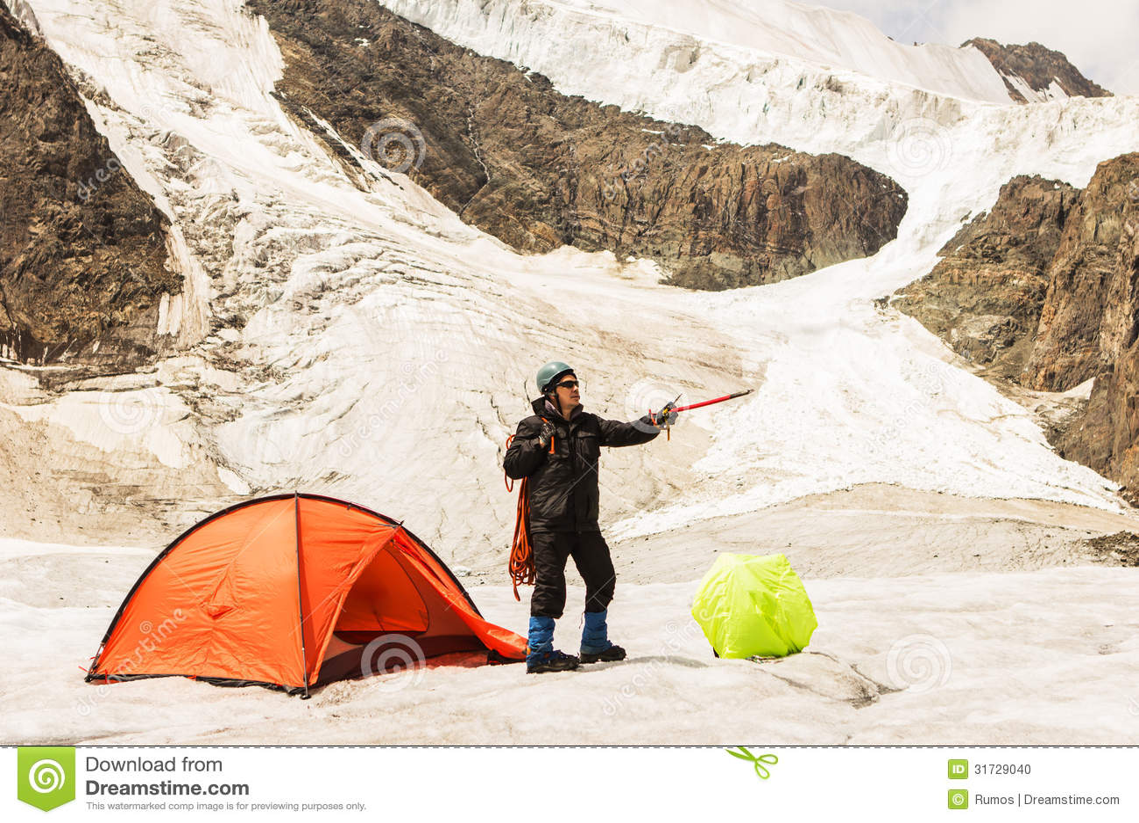 Arywista stoi blisko namiotu na lodowu